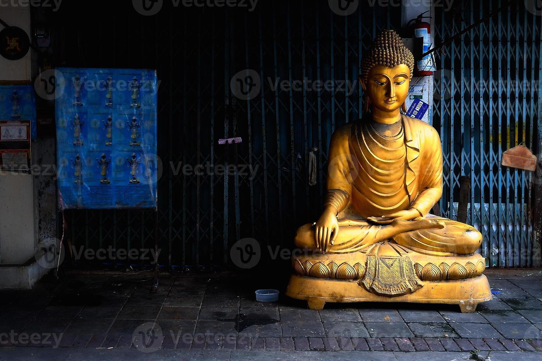 Bouddha doré sur sentier photo