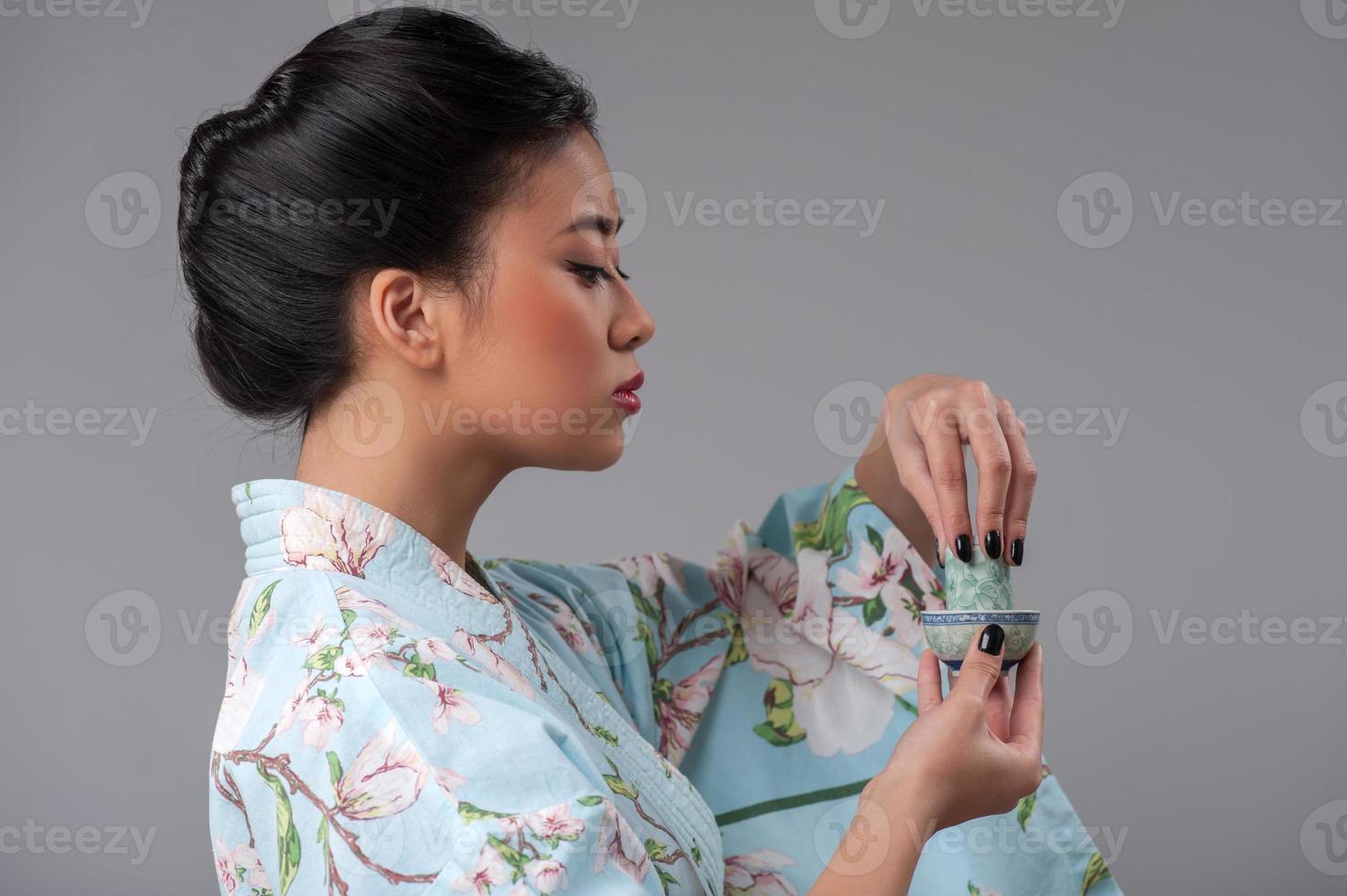 service à thé asiatique classique sur table en bois photo