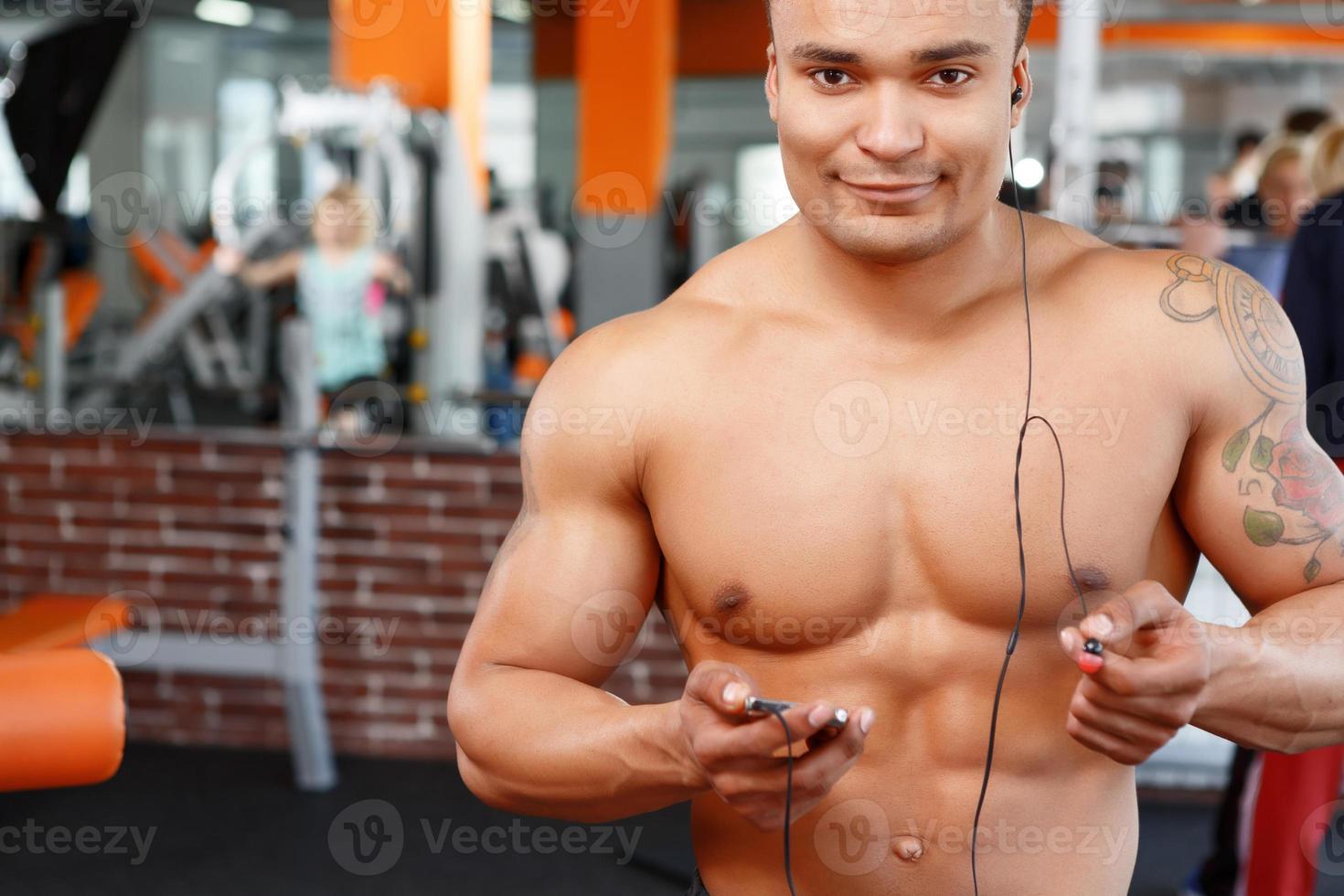 le sport est plaisir. homme dans la salle de gym photo
