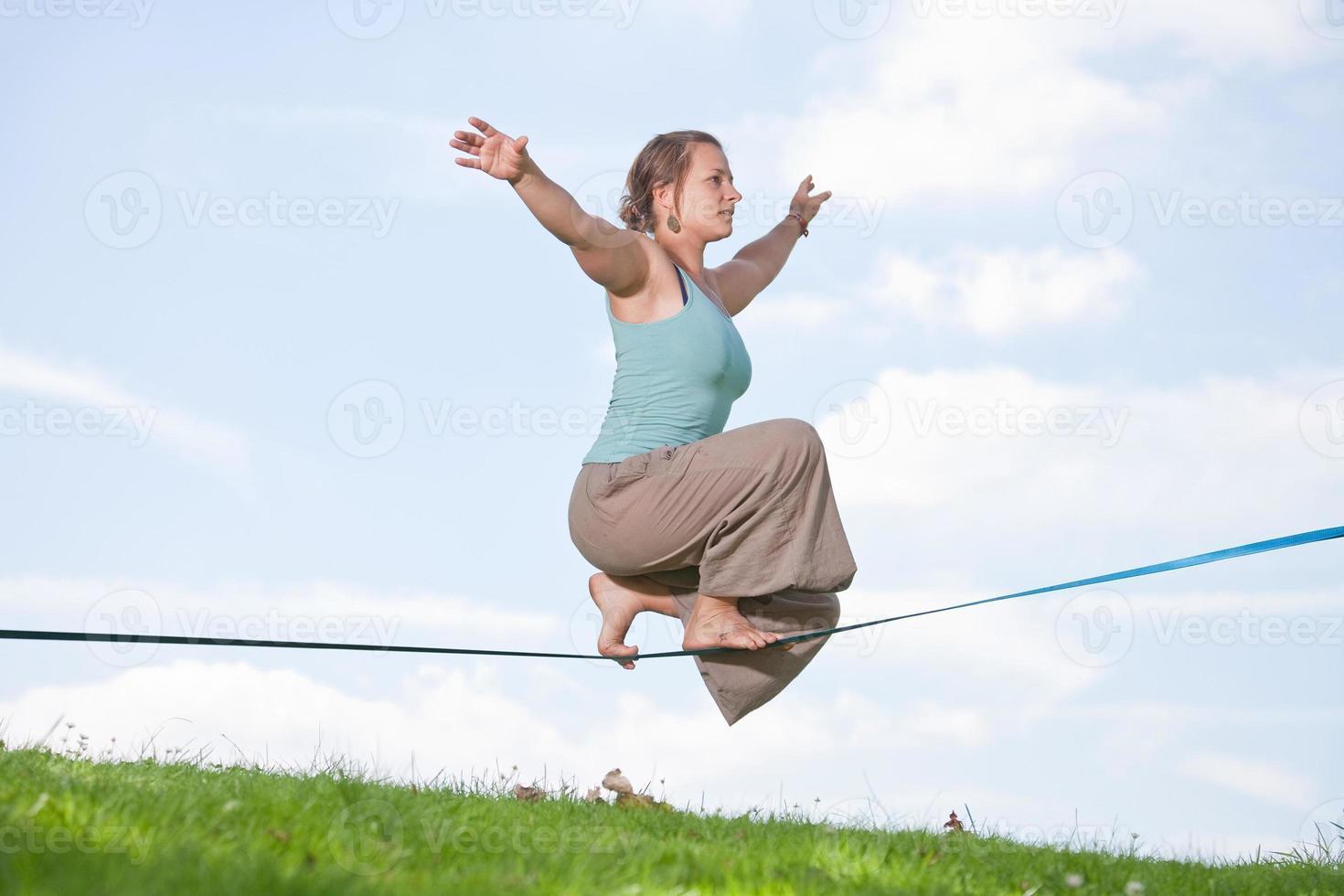 série slackline - jeune femme dans le parc photo