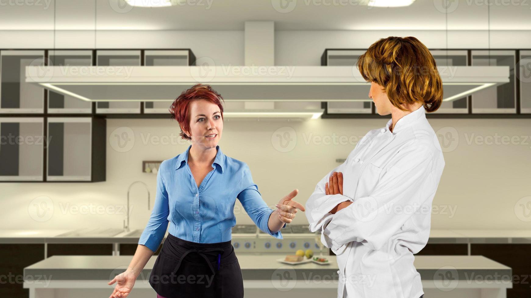 discuter serveuse et chef cuisinier dans une cuisine photo