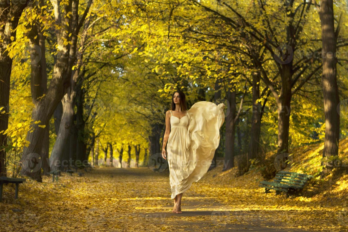 femme marche dans le parc en automne. photo