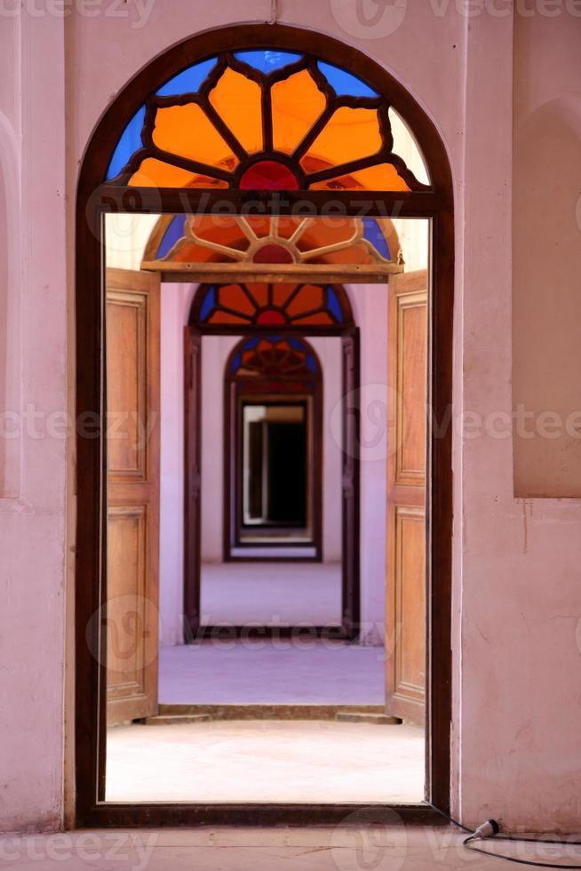 Fenêtres et portes à l'intérieur de la maison traditionnelle de Tabatabae, Kashan, Iran photo