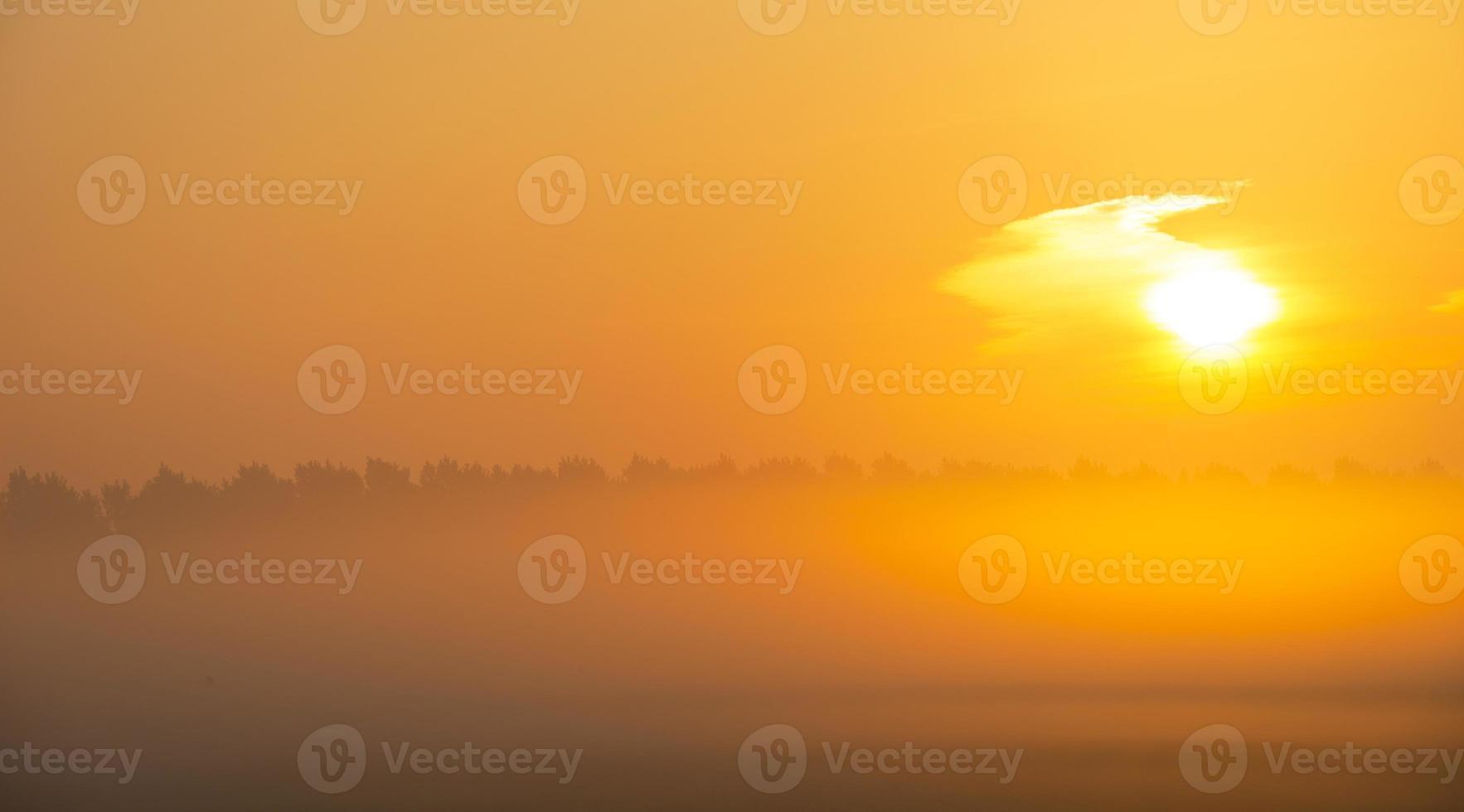 lever du soleil sur un paysage brumeux au printemps photo