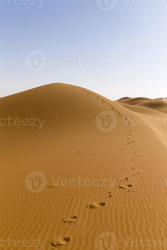empreinte de pied dans le sable du désert photo