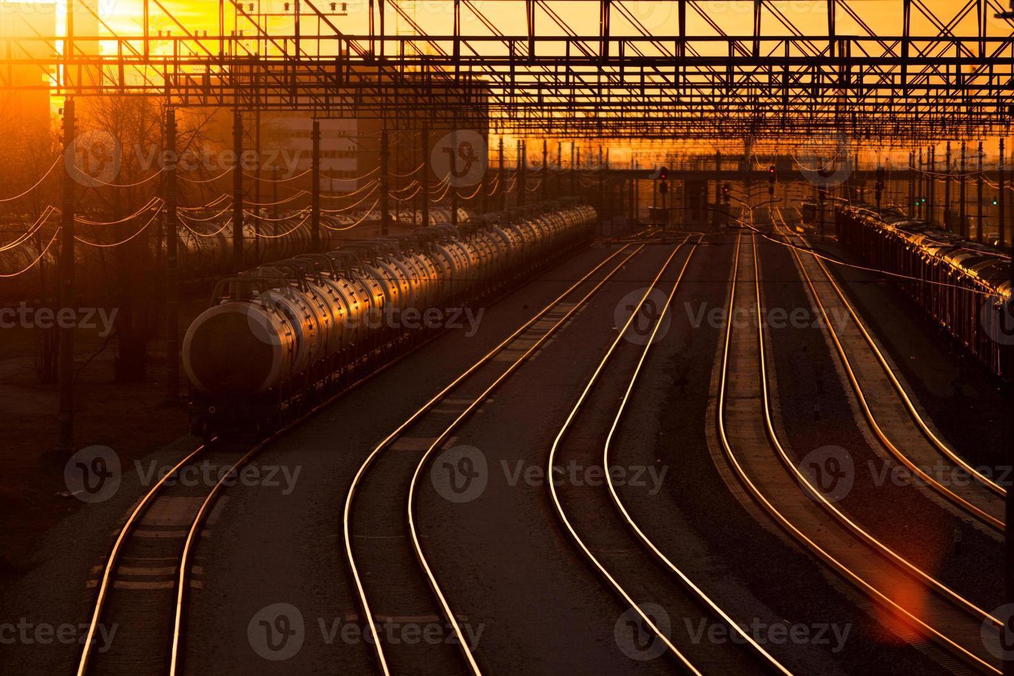 gare ferroviaire au coucher du soleil photo