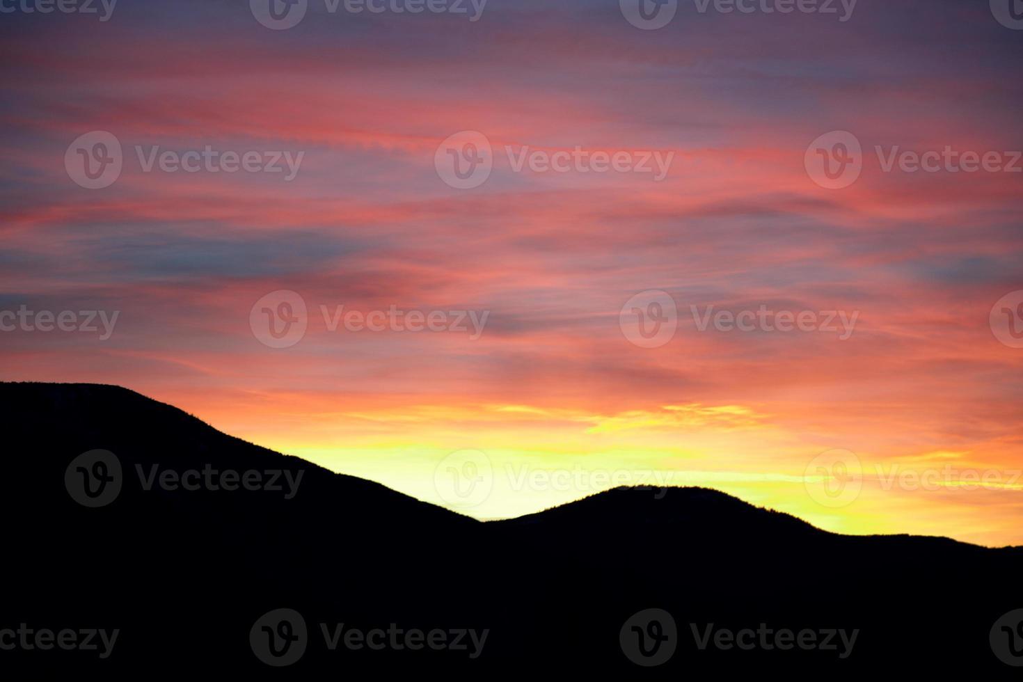 coucher de soleil dans les montagnes photo