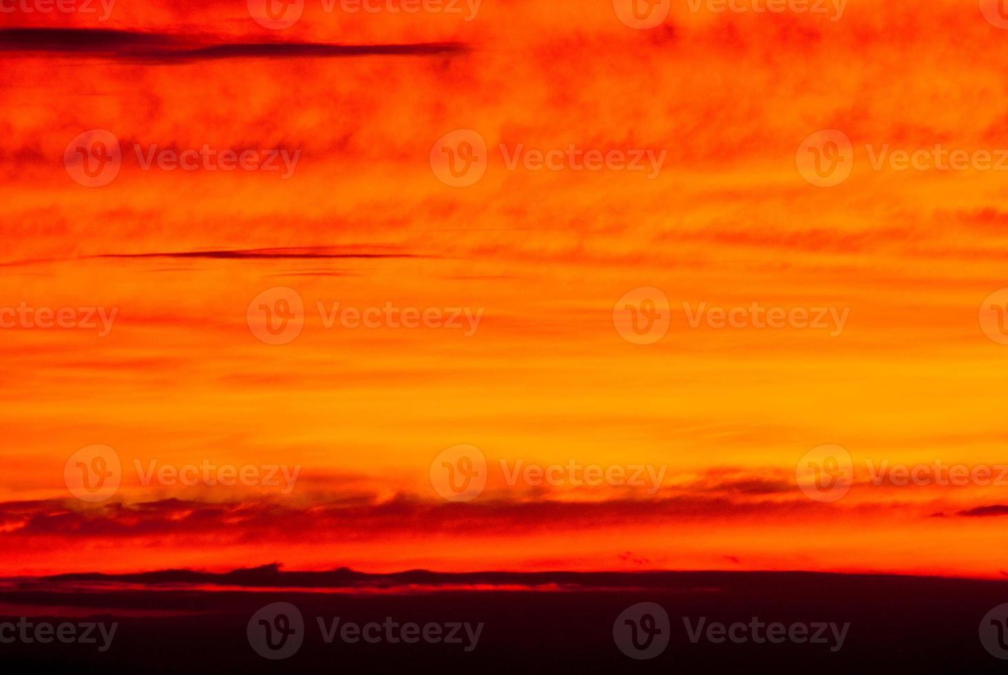 couleurs dramatiques des nuages du coucher du soleil au loin photo