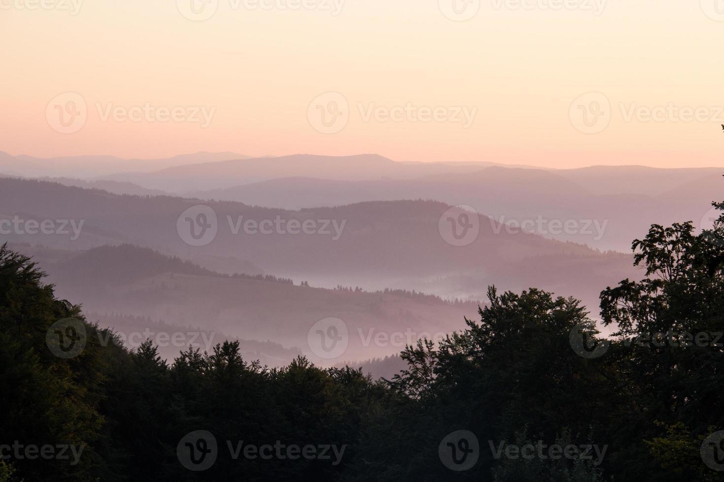 aube dans les montagnes des Carpates. photo