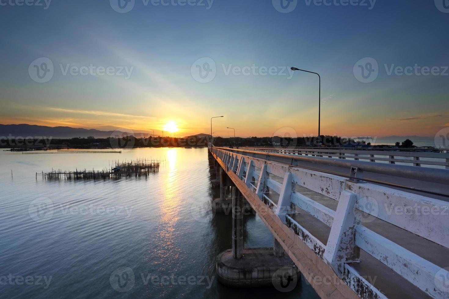 pont de ciment sur l'océan photo