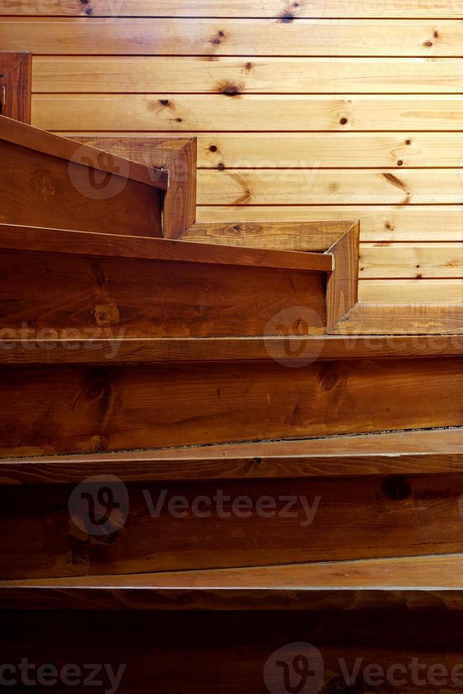 escalier en bois de pin rustique en spirale de l'obscurité à la lumière photo