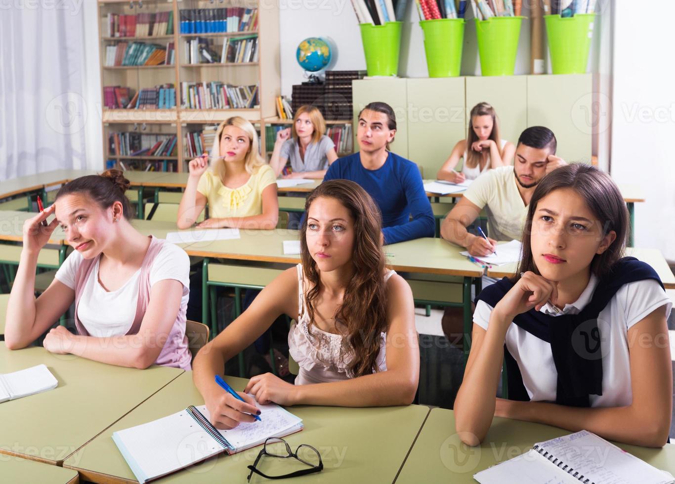 étudiant écoute attentivement pendant la conférence photo