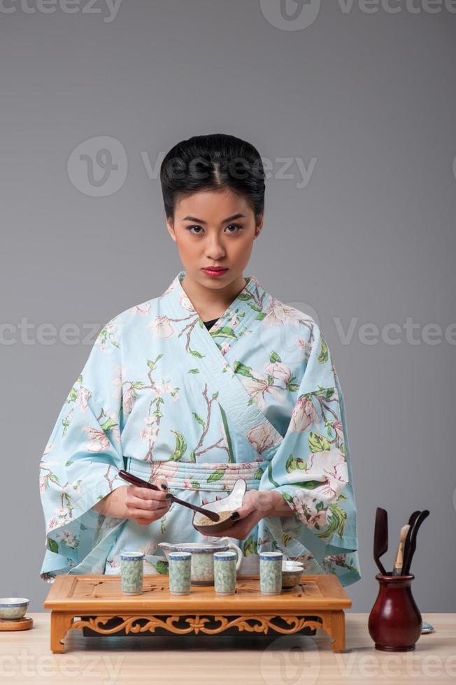 se préparer pour la cérémonie du thé photo