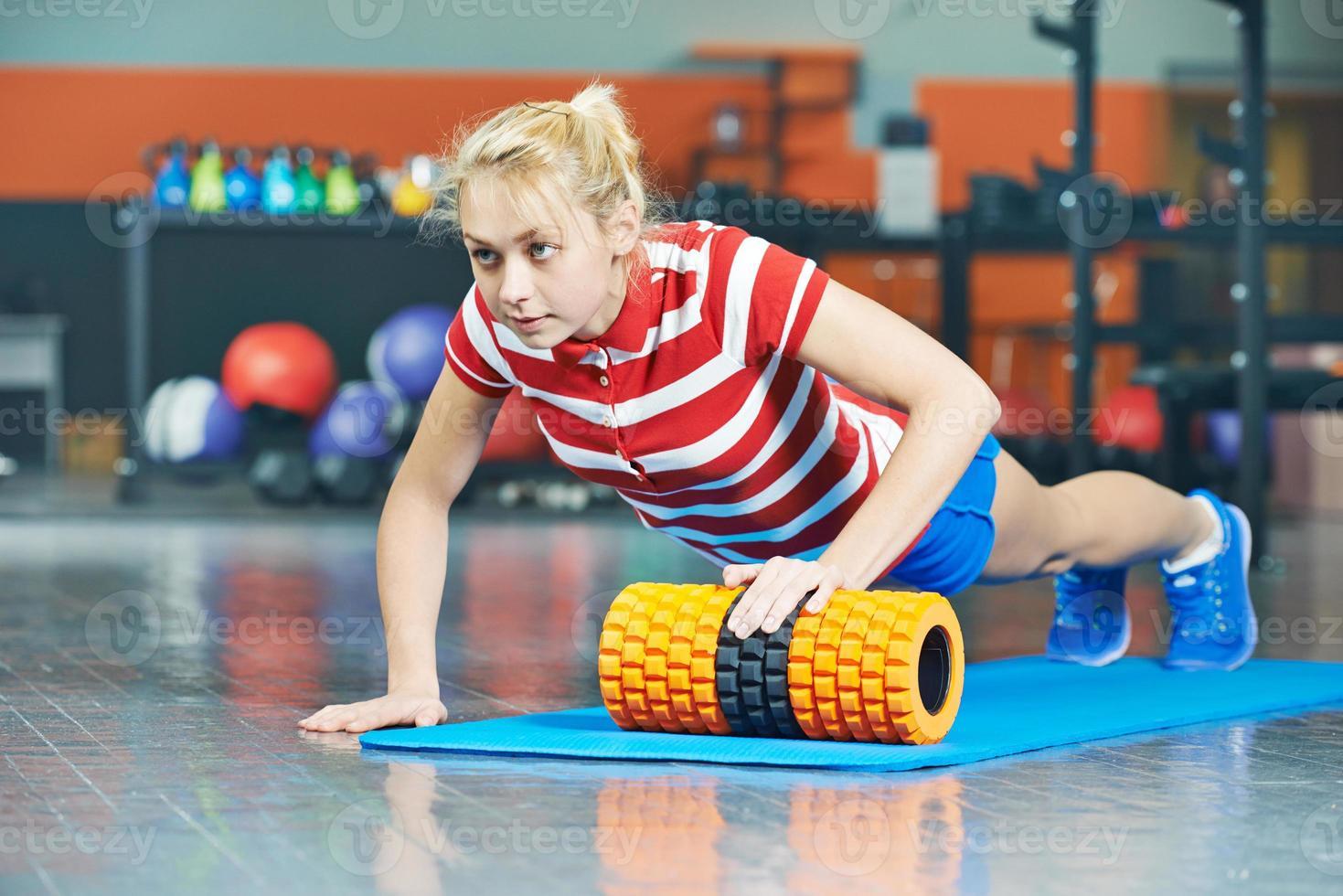 femme, pousser, haut, fitness, gymnase photo
