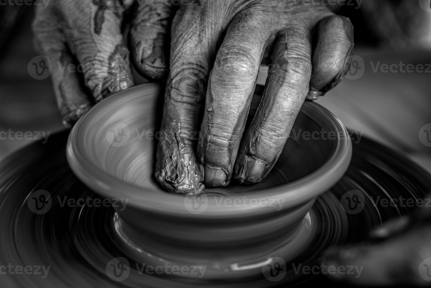 les mains sur le tour de potier photo