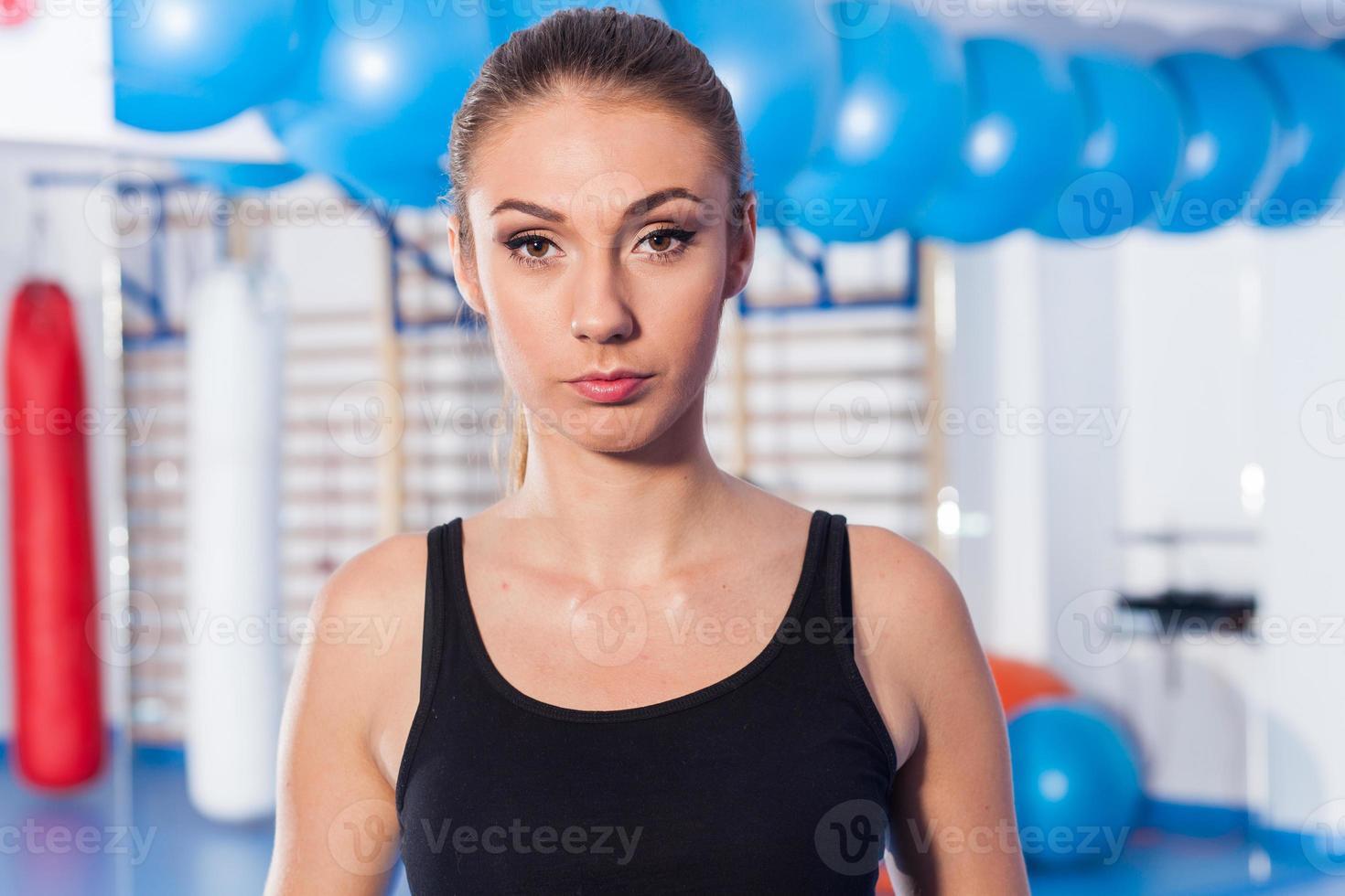 belle jeune femme dans la salle de gym. tir de gym. salle de gym. photo