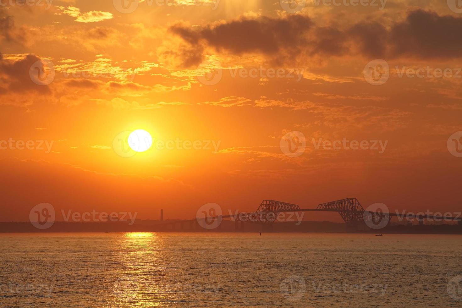 beau coucher de soleil à tokyo gate bridge et tokyo bay photo