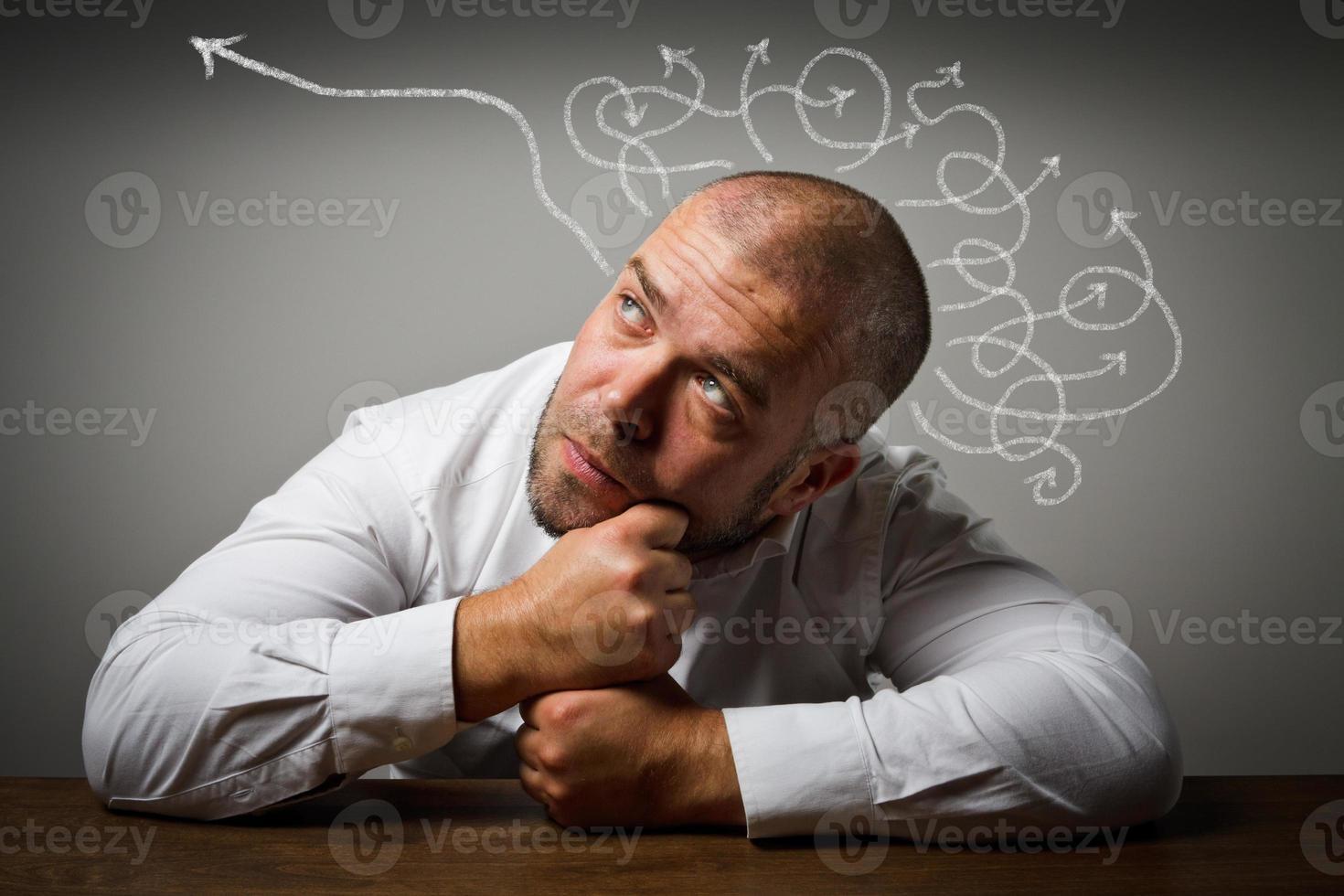 homme dans ses pensées. photo