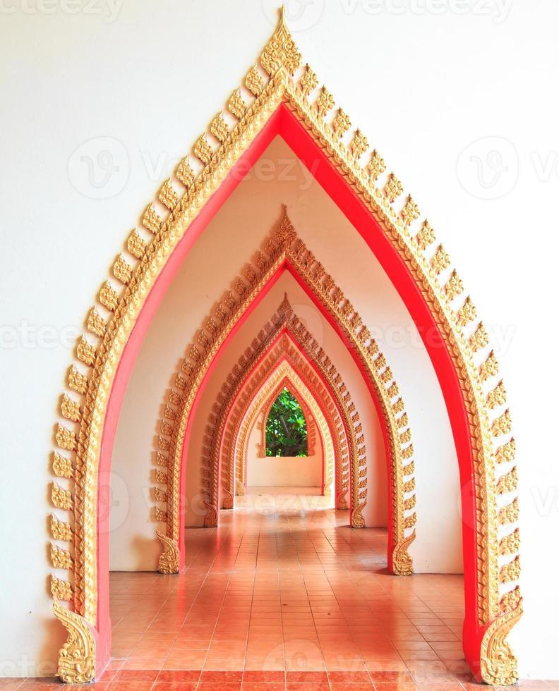 passerelle dans le temple et la porte de l'arche photo