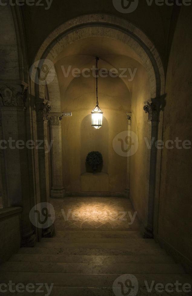Escalier dans l'ancien palais - Rome, Italie photo