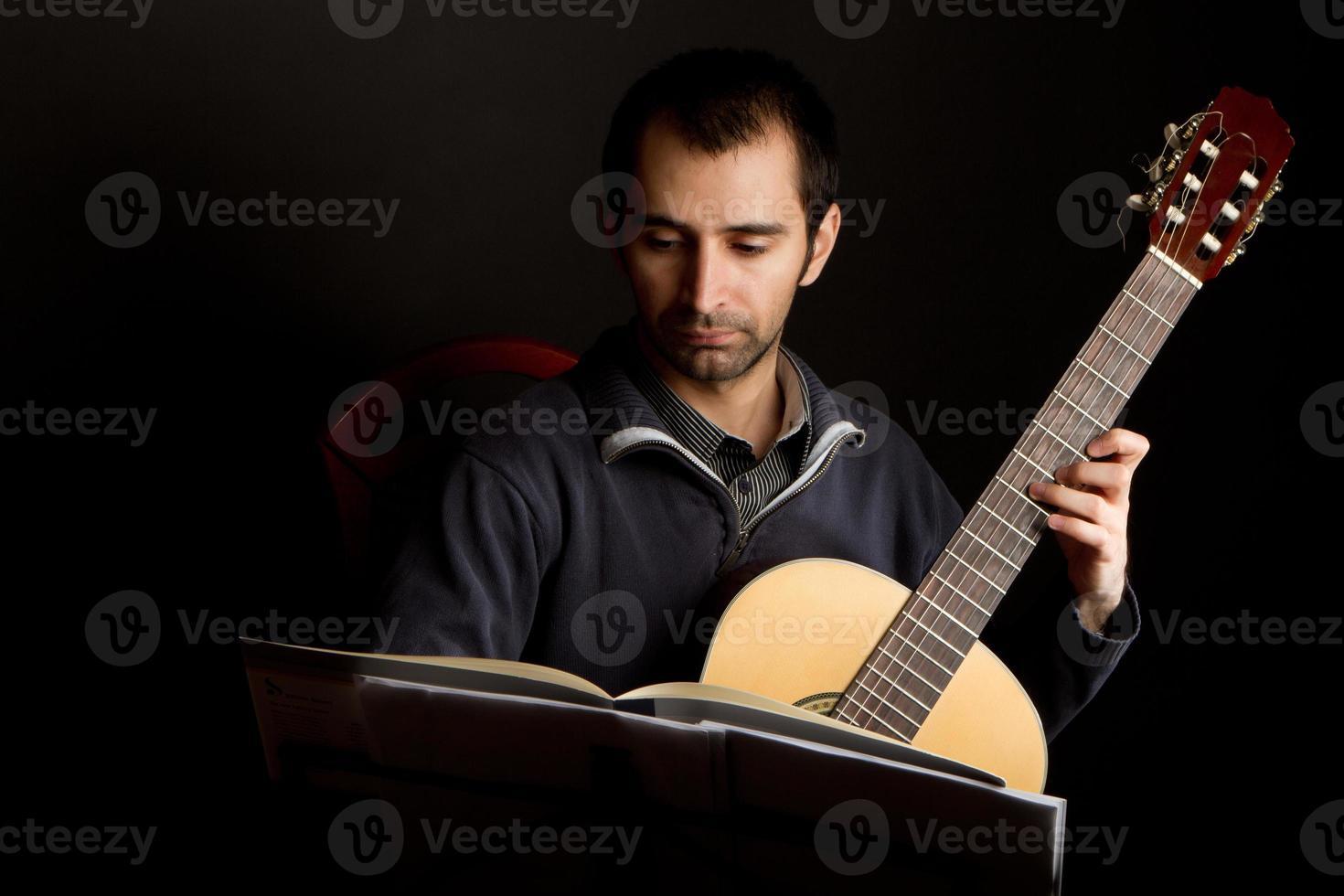 joueur de guitare dans le studio photo