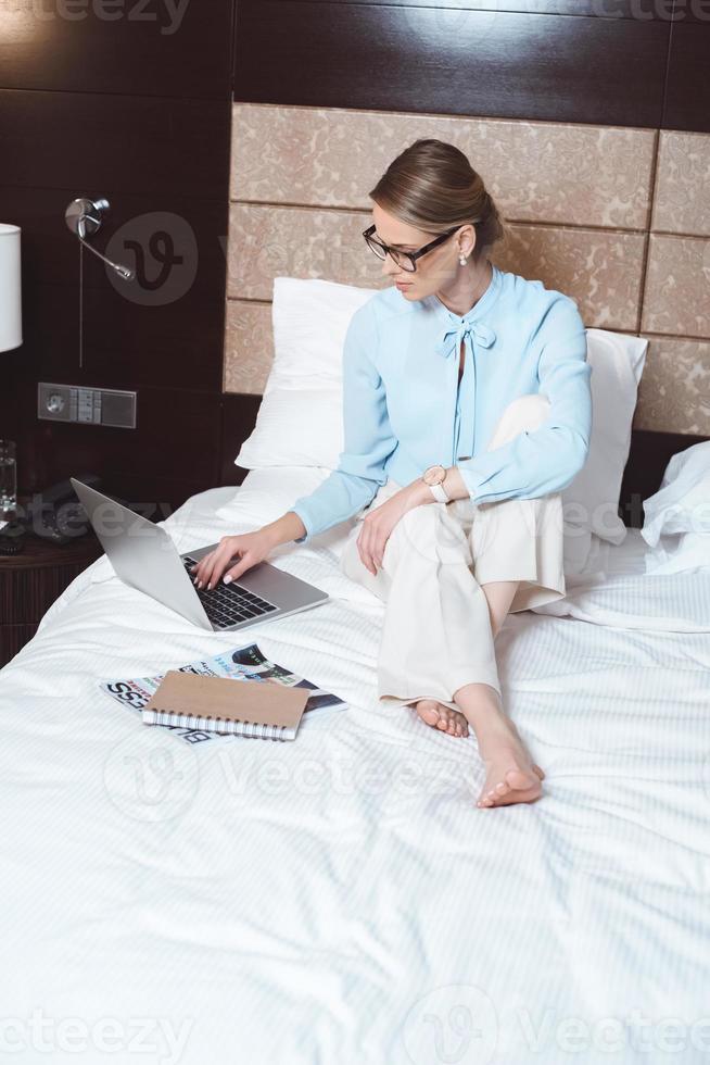 femme affaires, portable utilisation, dans, chambre hôtel photo
