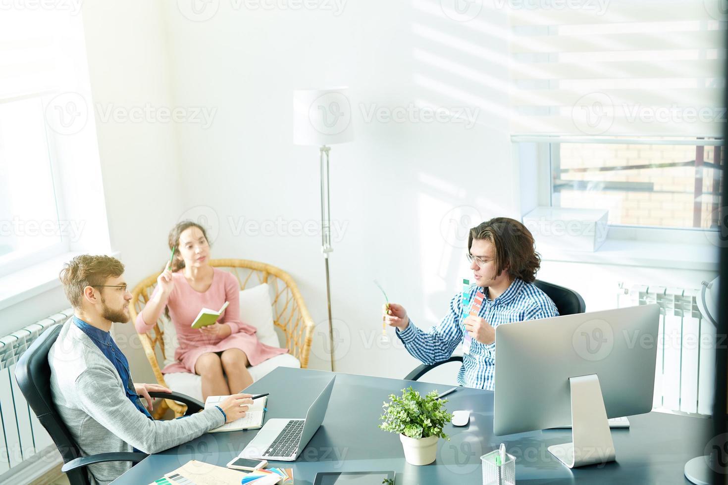 réunion productive de jeunes designers photo