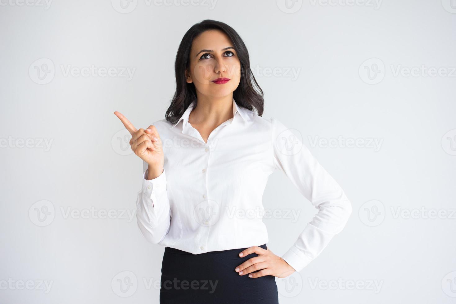 songeuse belle femme d'affaires ayant l'idée photo