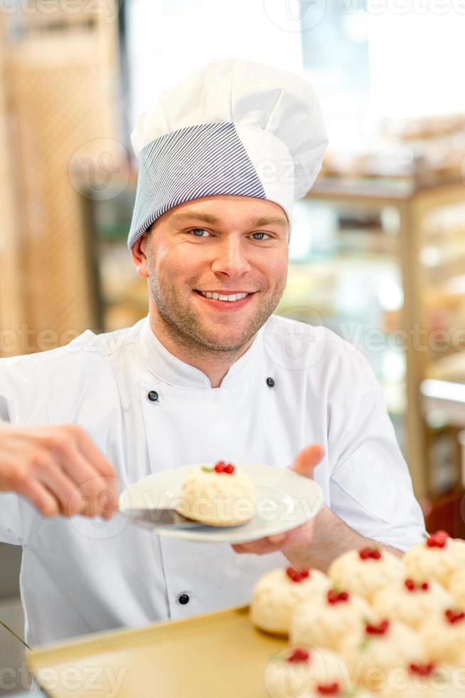 confiseur avec gâteau photo