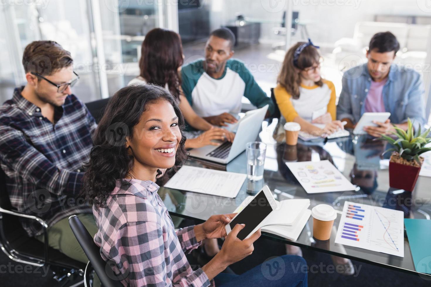 portrait, femme affaires, séance, équipe, quoique, fonctionnement, bureau photo