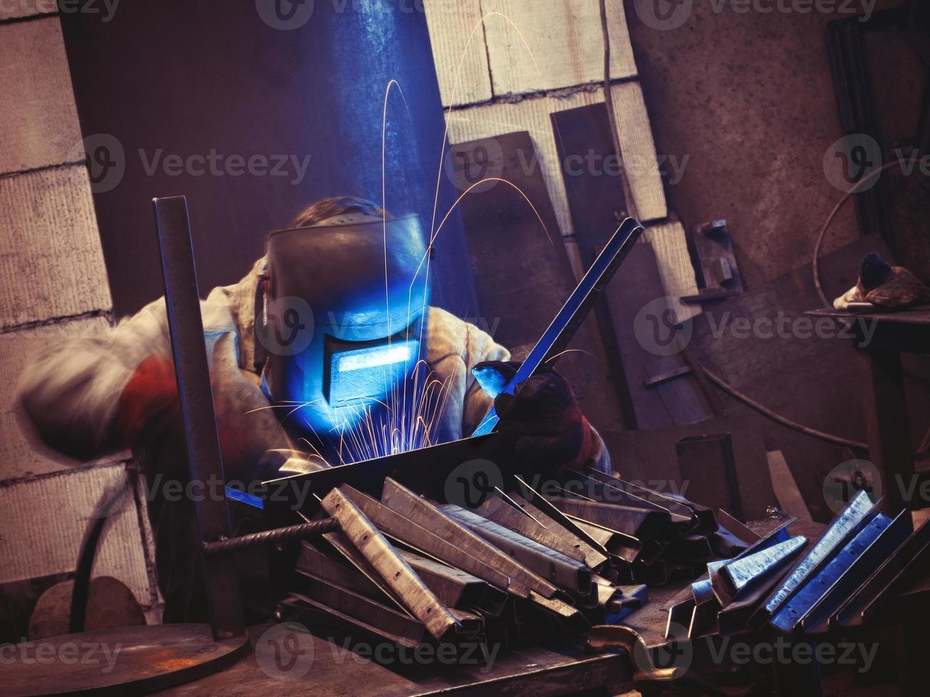 travailleur sur son lieu de travail soudage photo
