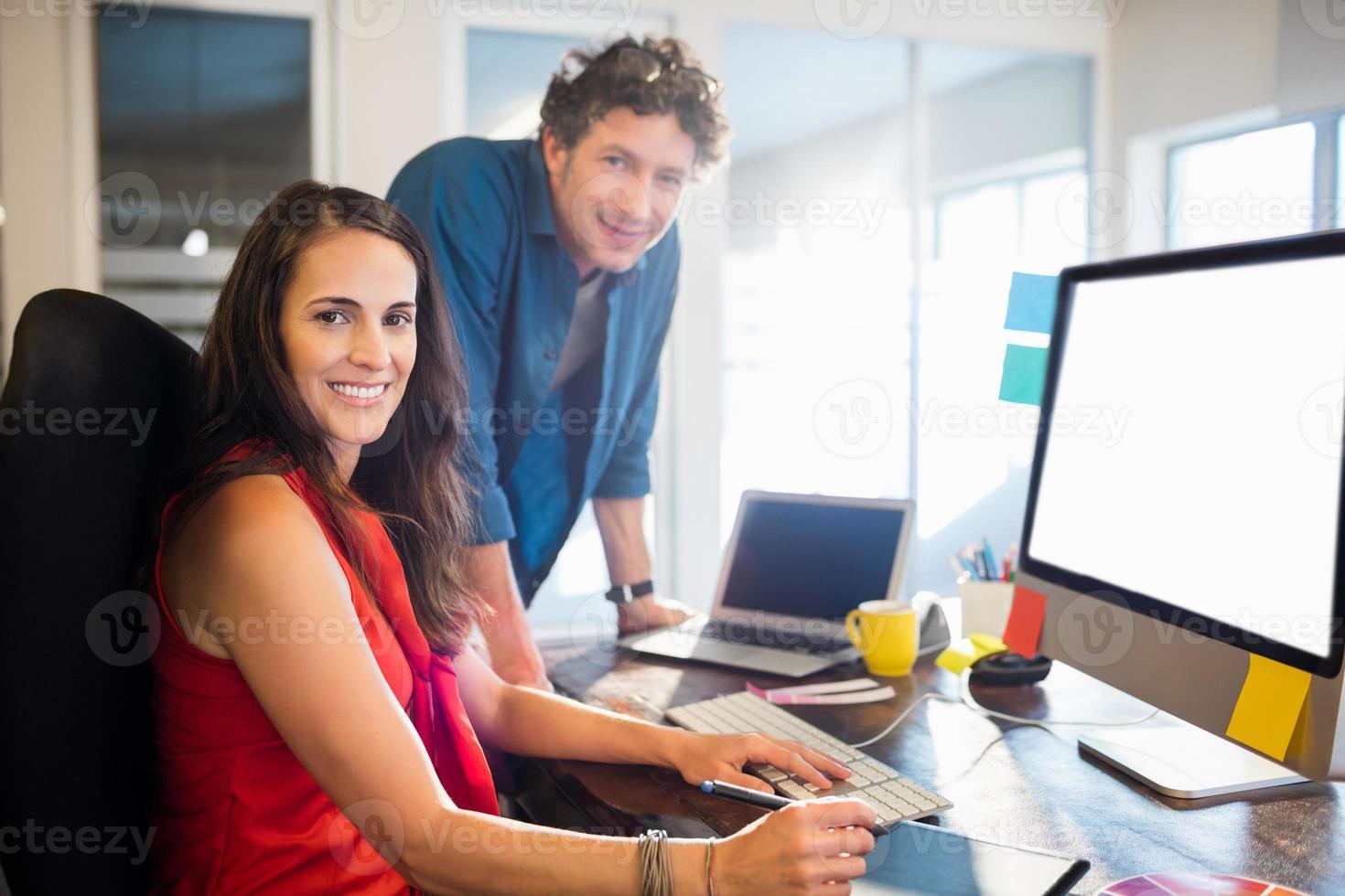 gens d'affaires posant ensemble photo