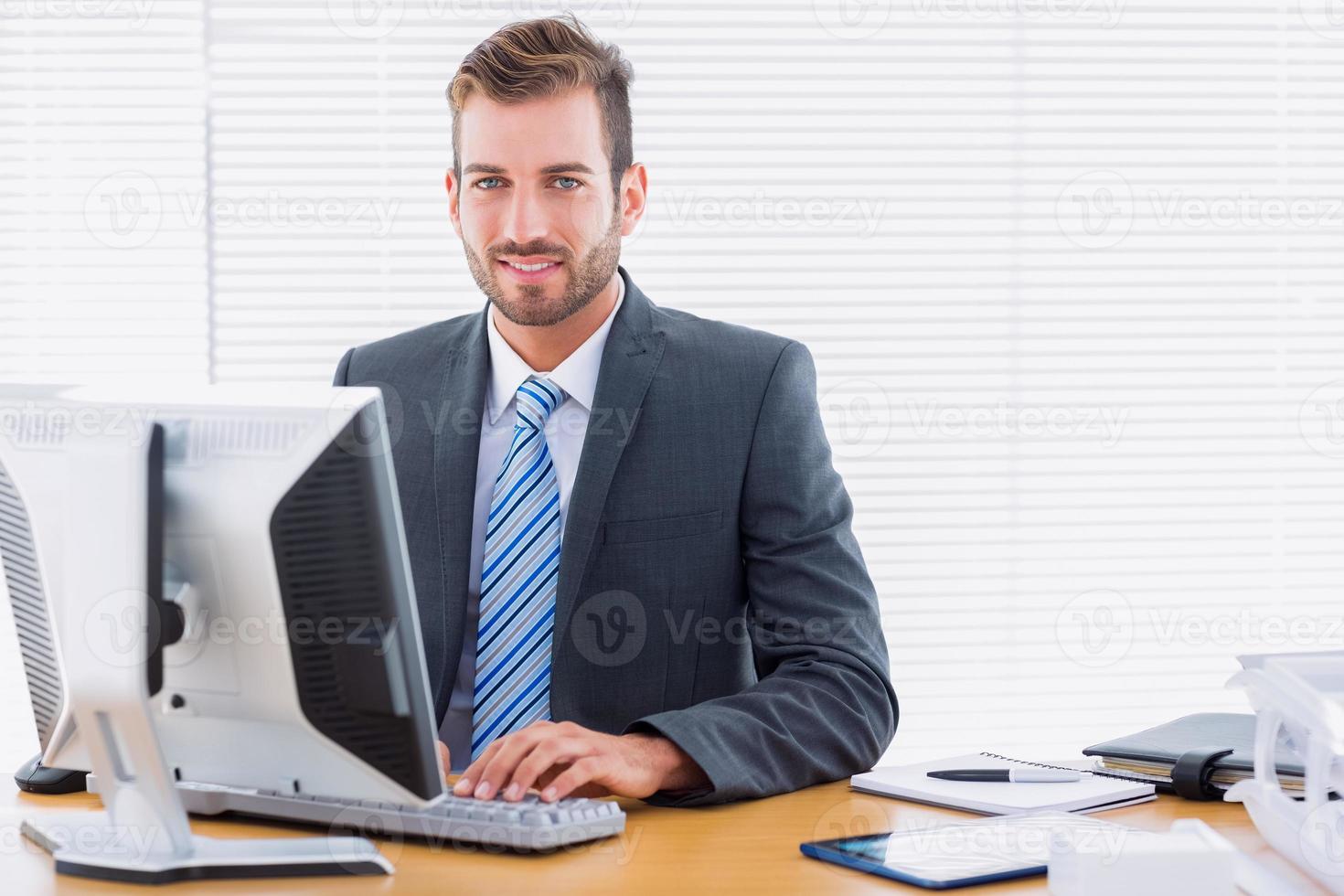 jeune, homme affaires, utilisation, informatique, bureau, bureau photo