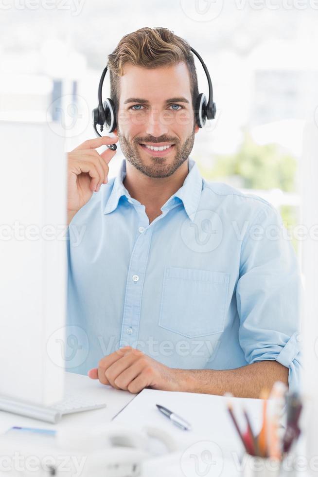 portrait, décontracté, jeune, homme, casque à écouteurs, utilisation, ordinateur photo