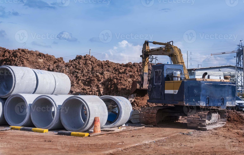 tuyaux en béton sur le chantier photo