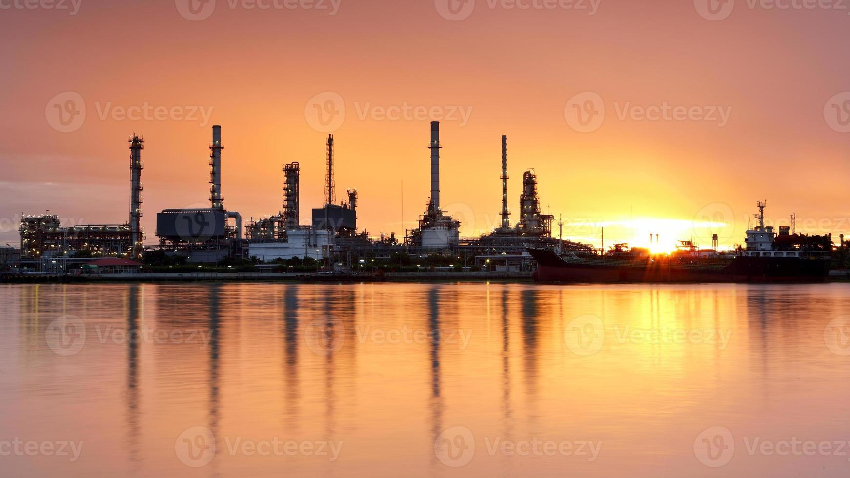raffinerie de pétrole avec réflexion photo