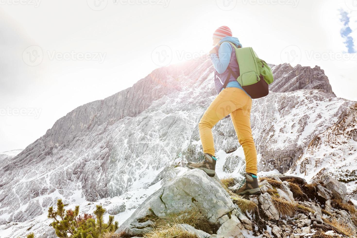 fille sur le rebord de la montagne photo