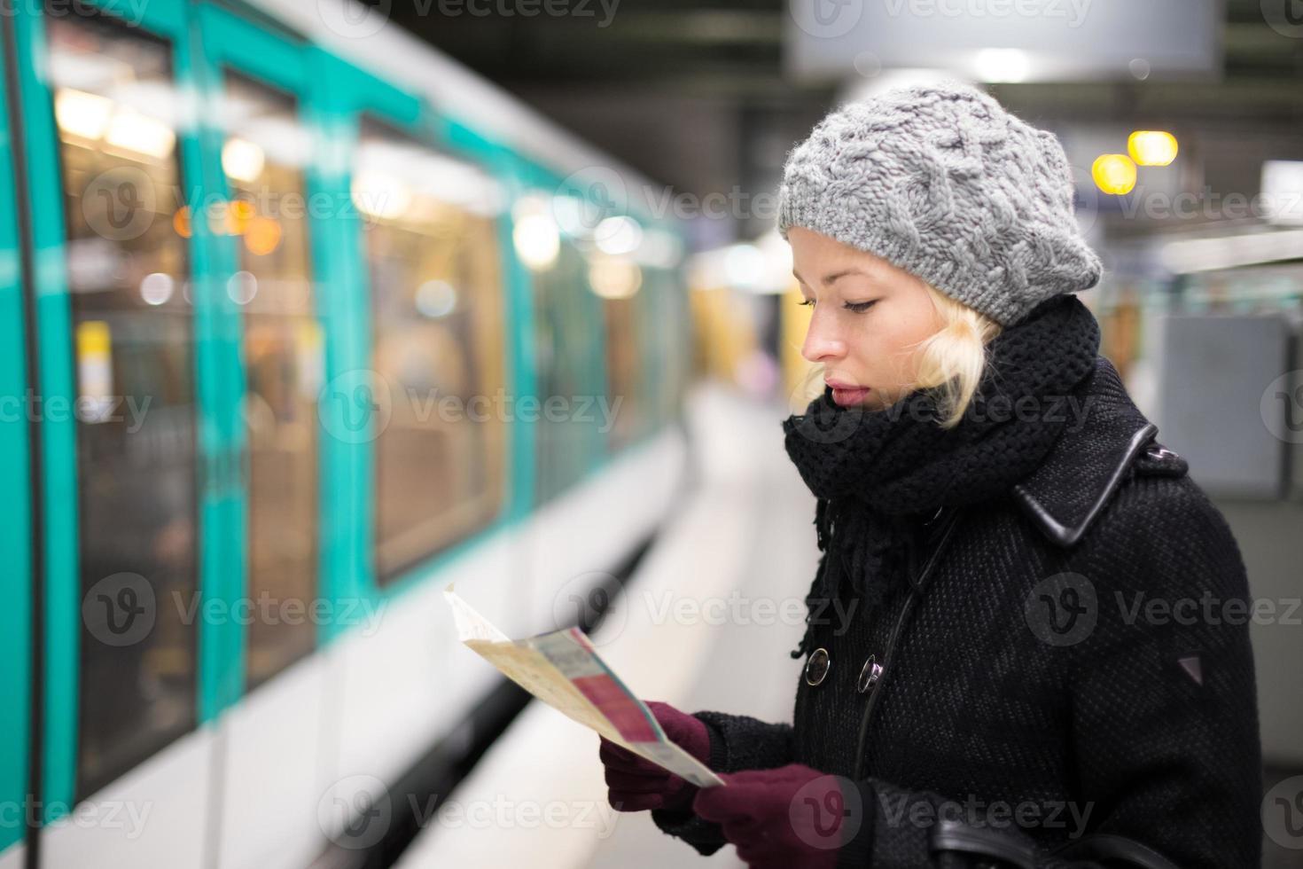dame attendant sur la plate-forme de la station de métro. photo
