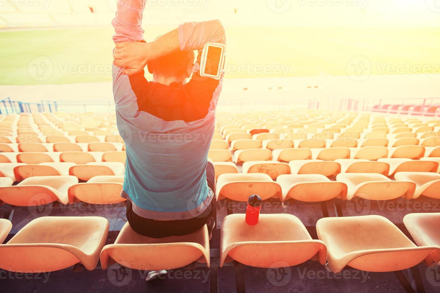 sportif assis sur le stade photo