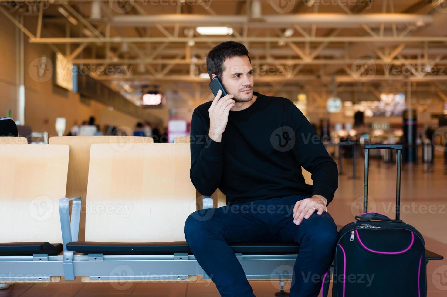homme décontracté en attente de son vol. photo