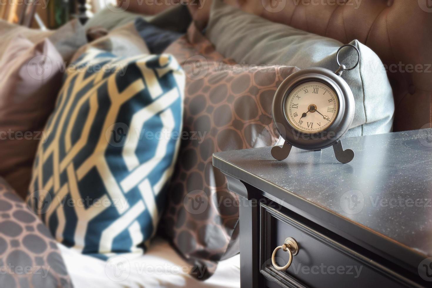 réveil de style classique sur table en bois photo