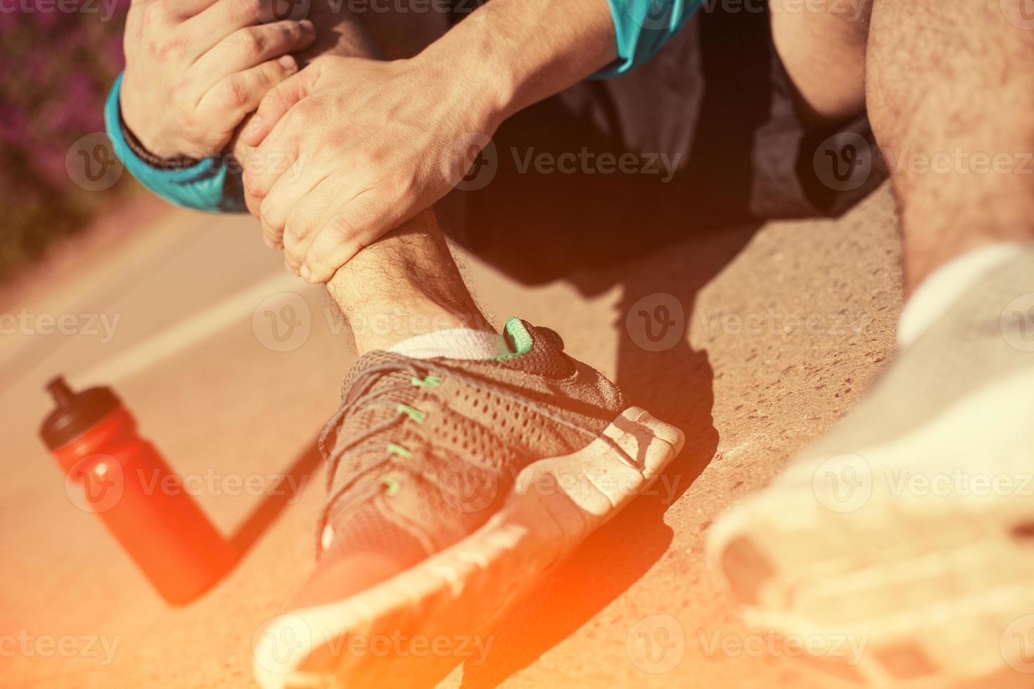 sportif tenant sa jambe photo
