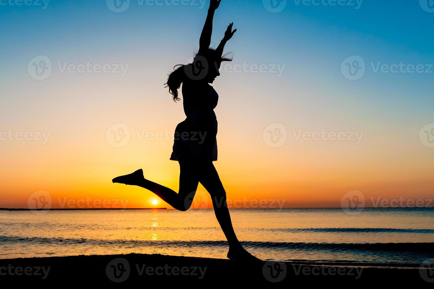 silhouette de femme sautant en l'air photo