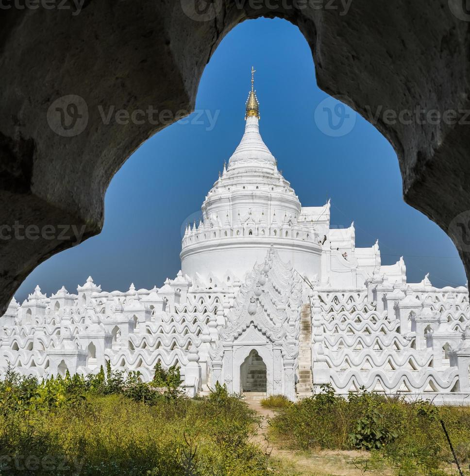 Pagode blanche mingun au myanmar photo