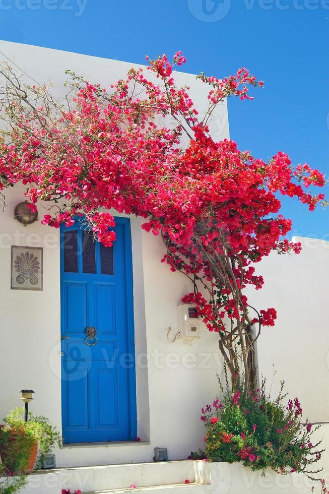 Porte grecque traditionnelle sur l'île de Sifnos, Grèce photo