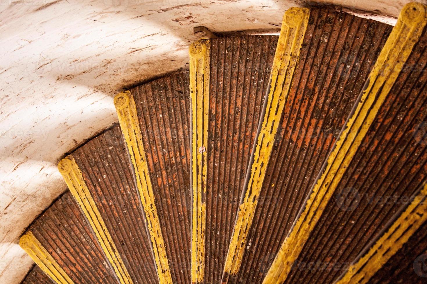 Escalier en colimaçon dans le phare, gros plan et regardant vers le bas photo