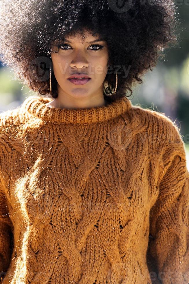 portrait de jolie femme afro dans la rue photo