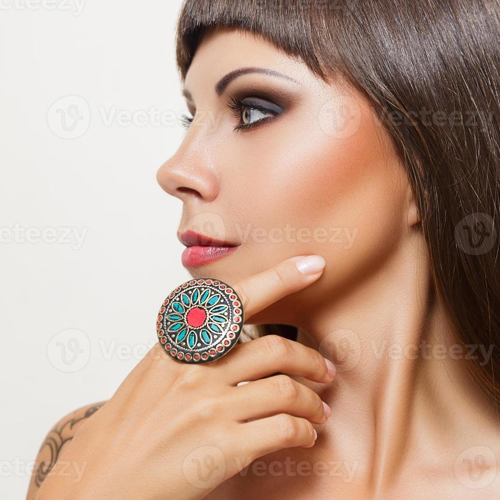 jeune femme, à, grand, indien, anneau photo