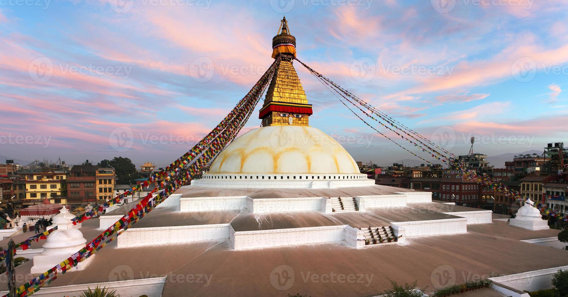 Vue du bodhnath stupa en soirée - Katmandou - Népal photo