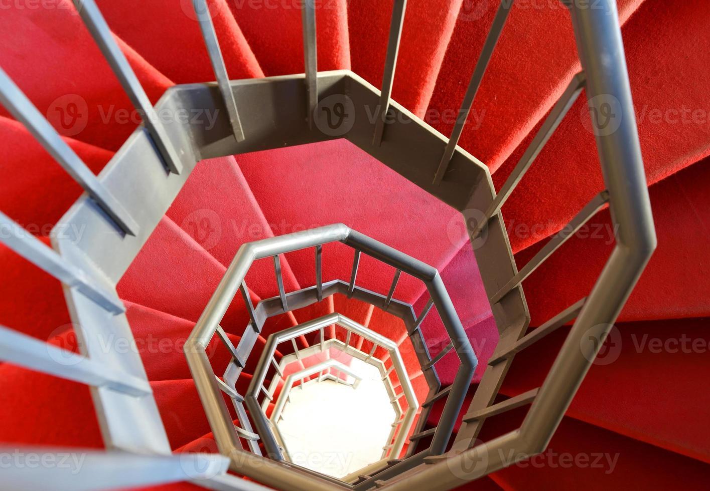 escalier en colimaçon moderne avec tapis rouge photo